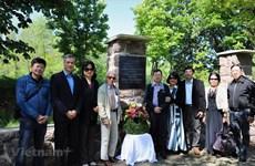 Embassy delegation visits President Ho Chi Minh's monument site