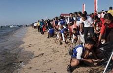 Thousands of Indonesians join beach cleaning activities
