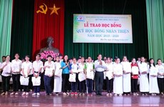 Poor students in Ben Tre province receive scholarships