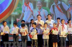 Deputy PM hands relief to needy students in Thai Binh