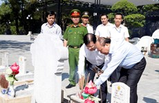 Prime Minister offers incense to commemorate fallen soldiers in Quang Tri