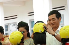 Over 1,300 primary students in Gia Lai receive free helmets