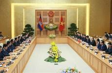 PM Nguyen Xuan Phuc holds talks with Cambodian PM Hun Sen