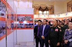 Photo exhibition on Vietnamese voluntary soldiers, experts in Laos