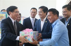 Vietnamese embassy presents 500 books to Cambodian province