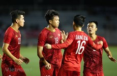 PM Nguyen Xuan Phuc congratulates Vietnam's men football team