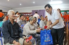 Sacombank presents gifts to poor Vietnamese in Cambodia
