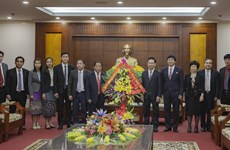 Delegation of Lao province pays pre-Tet visit to Hoa Binh