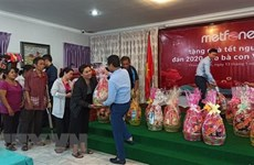 Viettel Cambodia presents Tet gifts to poor Vietnamese families