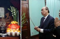 PM Nguyen Xuan Phuc offers incense to President Ho Chi Minh