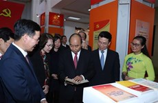 PM visits book exhibition marking Party's founding anniversary
