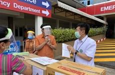 Ethnic Vietnamese present medical equipment to Thai province