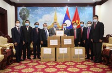 COVID-19: Vietnam presents medical supplies to Lao people