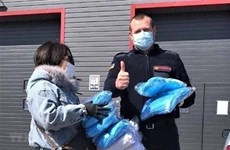 Overseas Vietnamese in Ukraine present face masks to Odessa's military hospital