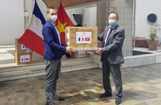 Vietnam donates face masks to associations in France