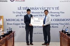 Enterprises present medical supplies to Vietnamese in RoK amid COVID-19