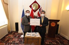 Vietnamese in UK receive face masks for preventing COVID-19