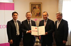 Japanese retailer presents aid to Vietnamese students, practitioners