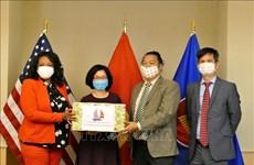 Vietnamese Embassy presents face masks to Washington D.C.