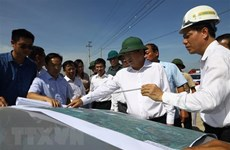 Deputy PM inspects site clearance of Cao Bo-Mai Son expressway project