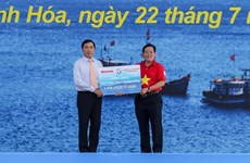 2,000 national flags presented to Thanh Hoa's fishermen