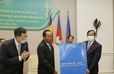 Cambodia hands over copies of Cambodia-Vietnam topographic map to relevant agencies