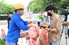 COVID-19-hit students in Da Nang offered free goods