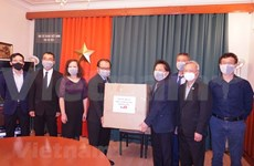 Embassy presents face masks to Vietnamese community in Czech Republic