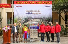 VietnamPlus e-newspaper presents water tanks to Ha Giang poor families