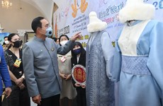 Thai PM helps promote World AIDS Day, Thai silk festival