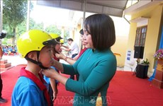 Helmets presented to students in Thai Nguyen