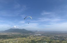 Paragliding show promotes An Giang province's tourism
