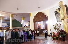 Vietnamese diplomats pay floral tribute to late Lao President Kaysone Phomvihane
