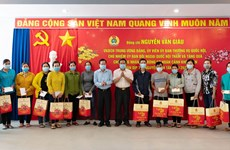 Gifts presented to needy workers ahead of Tet