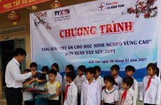 Vietnam News Agency brings warmer Tet to poor ethnic children in Kon Tum