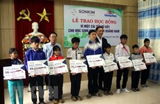 Quang Nam: SonKim Land presents flood-hit students with scholarships