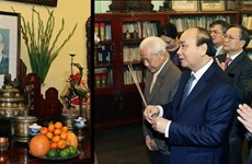 PM offers incense to late Party, State leaders