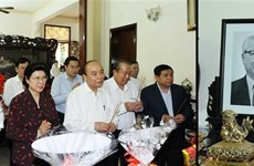 Prime Minister offers incense to late Party, State leaders