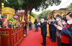 Top leader offers incense to late Kings, martyrs at imperial citadel