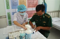 Nearly 900 border soldiers, medical workers in Tay Ninh get COVID-19 vaccine shots