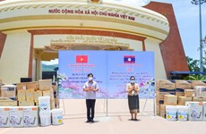 Quang Tri presents medical supplies to help Lao localities fight COVID-19