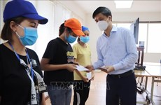 VGCL delegation presents gifts to pandemic-hit workers in Thanh Hoa