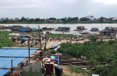 Vietnamese-Cambodians obey notice on relocating floating houses