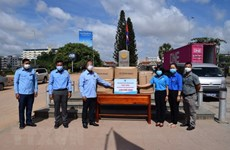 Vietnam Youth Federation presents 5,000 masks to Cambodian counterpart