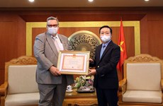 """Finnish Ambassador to Vietnam receives """"For the Cause of Natural Resources and Environment"""" insignia"""