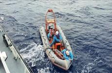 Rescue vessel SAR 412 saves fisherman suffering stroke in Truong Sa archipelago