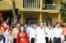 Party leader welcomes new school year in Hanoi