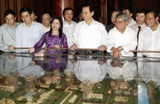Leaders pay Tet visits to people