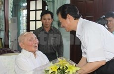 PM Dung pays Tet visits to revolutionaries
