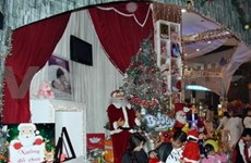 Christmas atmosphere overwhelms major cities